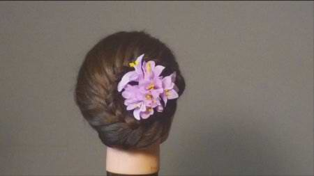 Круговая коса на затылке с цветком