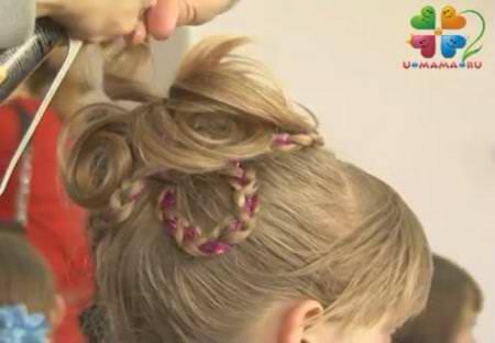 Праздничная прическа с косами и лепестками из волос