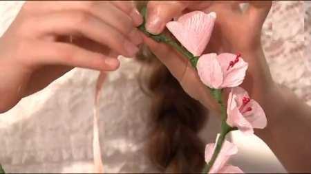 Венок из цветов, прическа на 1 сентября