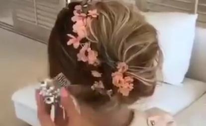 Женственная прическа с цветочным аксессуаром
